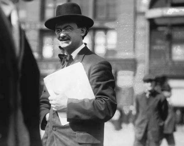 Socialist handing out pamphlets in Union Square, New York, ca. 1908. (Courtesy of the Library of Congress Prints and Photographs Division.)