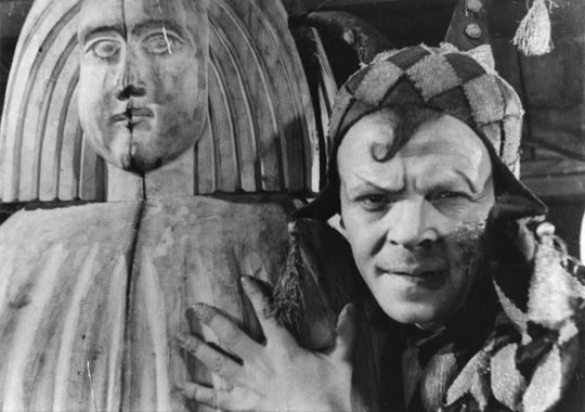 Benjamin Zuskin as the Fool in King Lear.