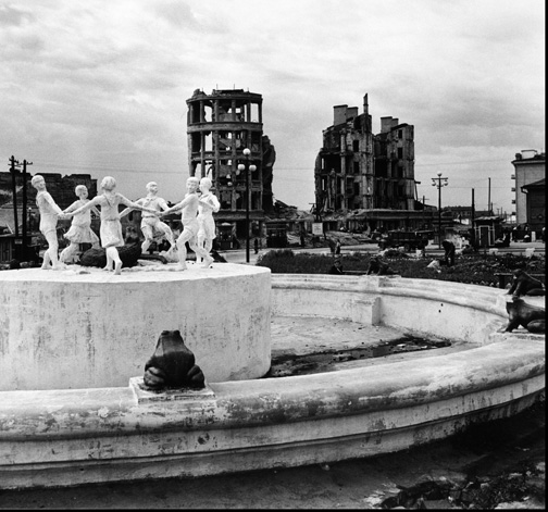 Children's Dance Fountain, Stalingrad, USSR, 1947. (© Robert Capa, © International Center of Photography/Magnum Photos.)
