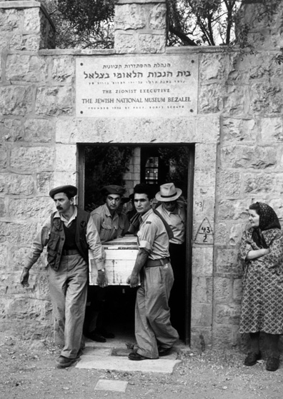 "Haganah soldiers carry the coffin of Colonel David ""Mickey"" Marcus, Jerusalem, June 1948. (© Robert Capa,  © International Center of Photography/Magnum Photos.)"