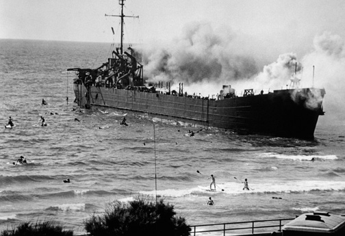The Altalena burning, Tel Aviv, June 22, 1948. (© Robert Capa, © International Center of Photography/ Magnum Photos.)