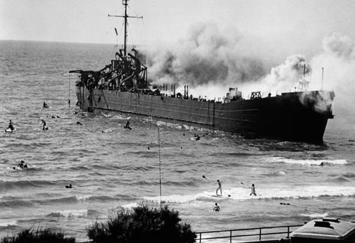 The Altalena burning, Tel Aviv, June 22, 1948. (© Robert Capa, © International Center of Photography/ Magnum Photos.)