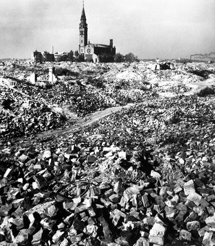 The ruins of the Warsaw Ghetto, October 1948. (© Robert Capa, © International Center of Photography/ Magnum Photos.)