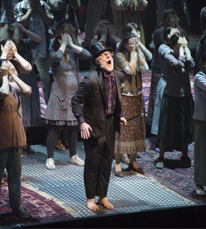 Robert Hayward as Moses in Moses und Aron, Komische Oper, Berlin. (Photo © Monika Rittershaus.)