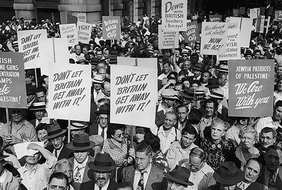 American Zionist Emergency Council protest, Madison Square Park, New York, denouncing British policy in Palestine, July 1946. (Photo by FPG/Hulton Archive/Getty Images.)