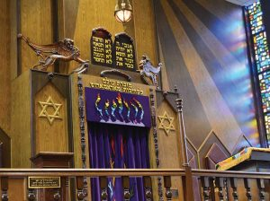 Winged lions above the aron kodesh in the Green Road Synagogue, Cleveland. (Photo by Kate Elinsky.)