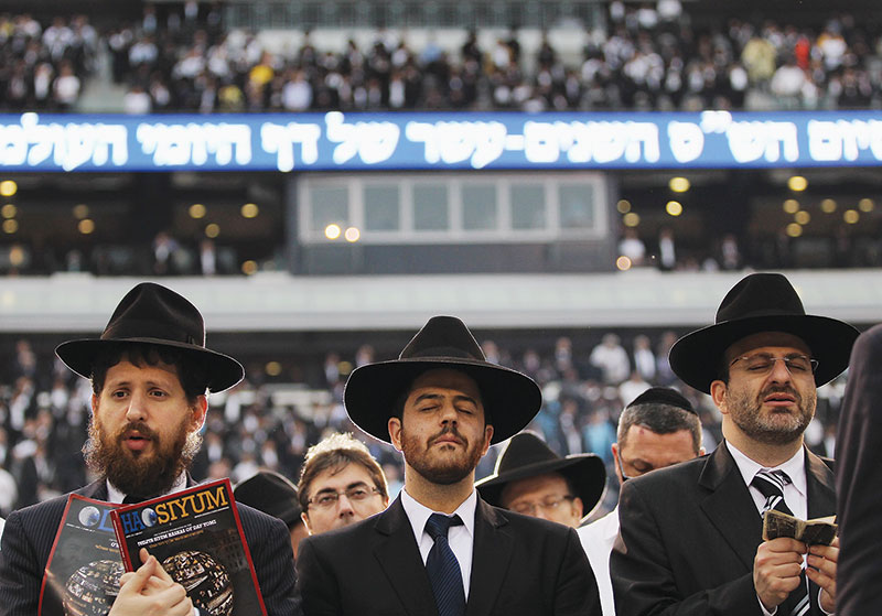 Photo of Orthodox men at MetLife stadium to celebrate gather to celebrate Daf Yomi.