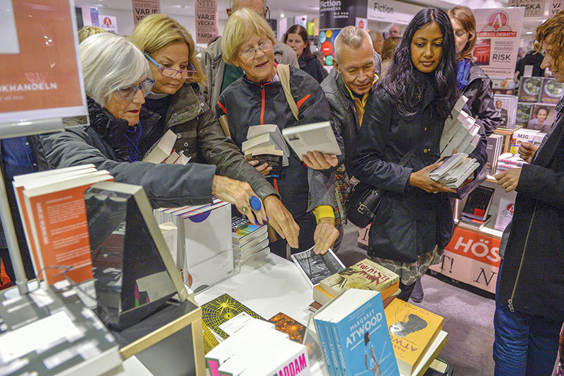 Photo of shoppers purchasing Patrick Modiano's books