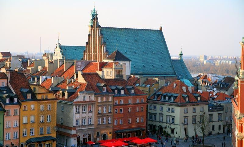 Color photo of buildings in Old Town, Warsaw. The area was rebuilt according to its previous appearance after World War II